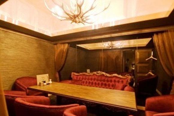 シャンデリアとソファの完全個室