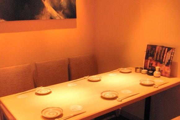水墨画が飾られた6名様テーブル完全個室