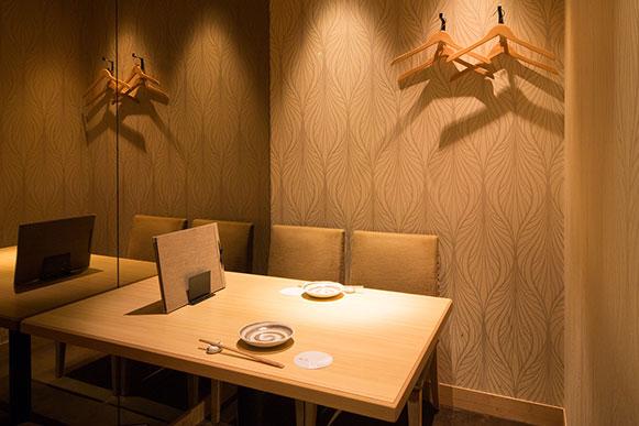 木の温もりを感じる4名様テーブル完全個室
